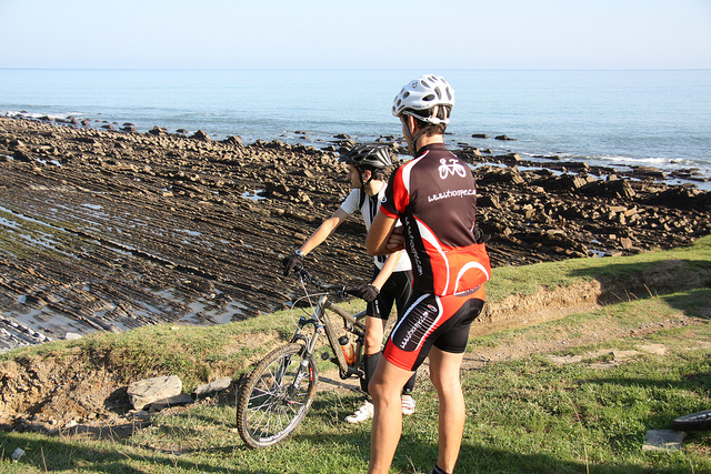 Ciclistas en la Ruta del Flysch (País Vasco) - Hotel País Vasco