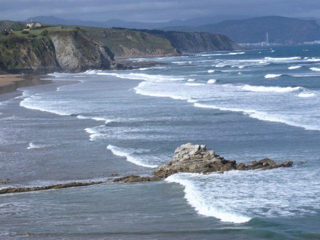 Sopelana, acantilados y playas salvajes para los amantes del surf